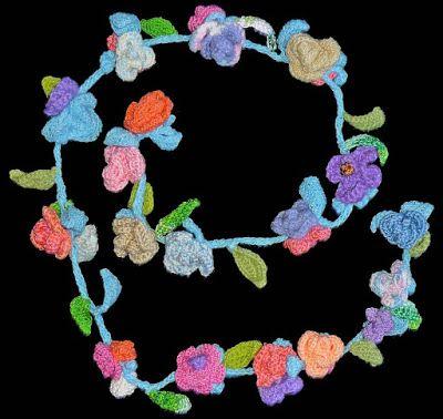 Cordón de rosas tejido a crochet en hilo acrílico e hilos de colores azul claro, verdes, blanco, lila, rosados y anaranjados