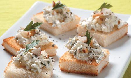 Bocaditos fríos de queso azul y nueces.  Si necesita una excusa para verse con sus amigos, prepare esta sencilla receta e invítelos a degustar unas entradas deliciosas e base de queso azul.