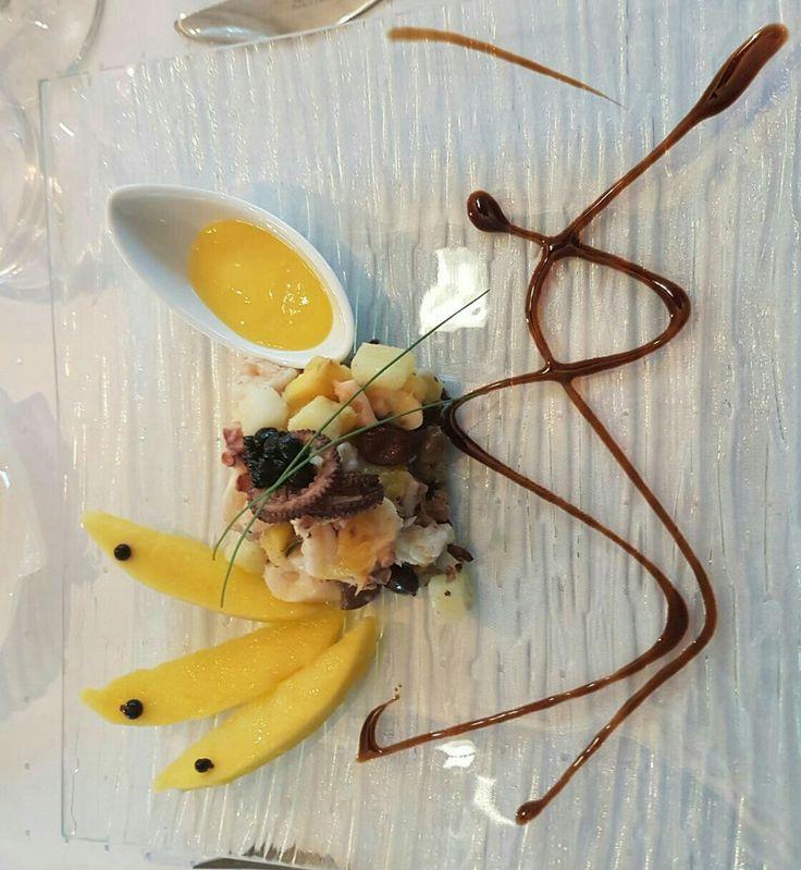Insalata polpo gamberetti e mango con finto caviale di balsamico