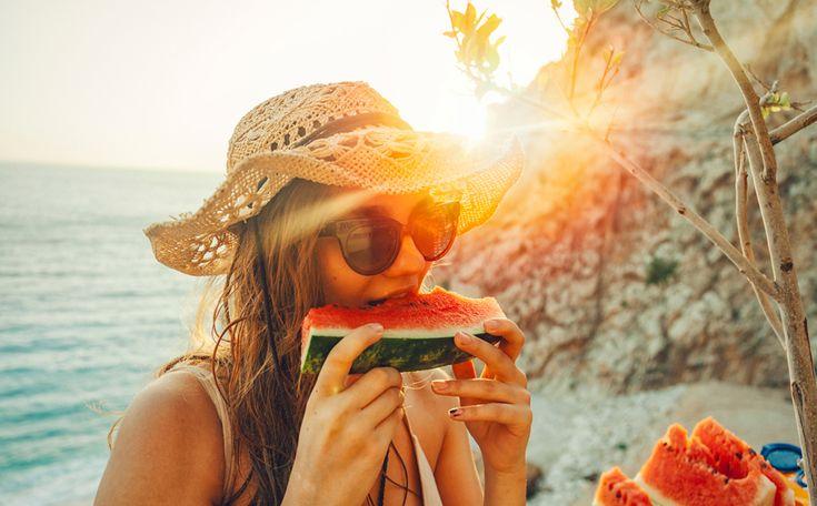 Het is zomer! De tijd van ijsjes, rosé en barbecuen. Als je niet oppast eet en drink je er zo een paar kilo bij. Gelukkig zijn er genoeg gezonde én minder calorierijke zomerse tussendoortjes te verzinnen.