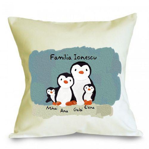 Perna personalizabila Familie de pinguini (4)    Perna este umpluta cu fibre de poliester, iar fata de perna este din bumbac 100%.  Dimensiune: 40 x 40 cm