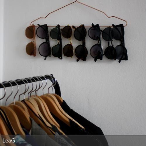 Praktische und hübsche Lösung für alle Sonnenbrillensammler: einfach auf einem Kleiderbügel an der Wand aufhängen!