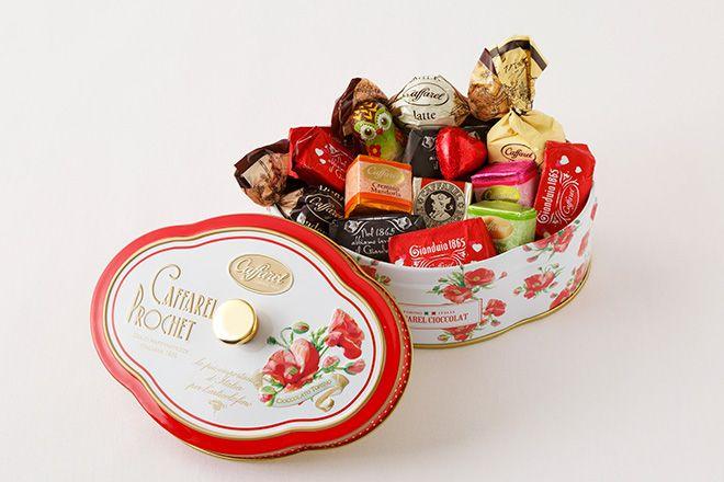 """アッティミ・ディ・アモーレピエナポピー(税込3,240円) ヨーロピアンなデザインを展開することから""""カファレル缶""""という愛称で親しまれている「カファレル(Caffarel)」のバレンタイン商品から、「恋の予感」を花言葉に持つポピーをあしらった可愛らしいデザインが登場。缶の中には限定ホイル「ラブ・ジャンドゥーヤ」など11種のアソートが詰まっています。"""