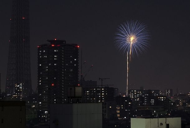 Fireworks at home.      Photo byDr.Colossus隅田川の花火大会も、もうすぐですね。本日開催の第35回隅田川花火大会。今日のような暑い暑い...