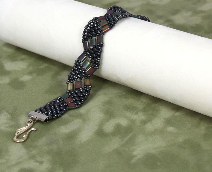 Le tissage à aiguille nous permet d'assembler minutieusement les Tila beads et les Twins afin de créer un bracelet souple et esthétique. #Bijou #Bijoux #Creation #Perle #Bille #Beads #Jewelry #Jewel #bracelet #Handmade #Craft #DIY #Create #Workshop Cliquez pour voir les dates d'atelier disponible!