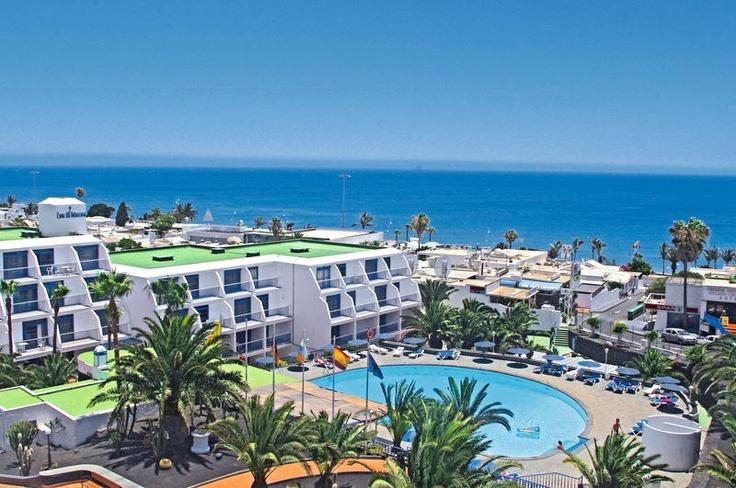 Dit 2-sterren appartementencomplex Los Hibiscos ligt vlakbij het strand en de boulevard van Puerto del Carmen en vindt u exclusief bij Neckermann. De centrale ligging en de scherpe prijs-/kwaliteitverhouding zorgen ervoor dat vele Nederlanders hier ieder jaar weer terug komen.  Het hotel heeft een zwembad met zonneterras met ligbedden en parasols. Het Playa Grande-strand bevindt zich op ca. 200 m en in de direct omgeving vindt u verscheidene restaurants, winkels en bars.  Officiële categorie…