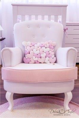 poltrona de amamentação com estofado listrado rosa e pés arredondados