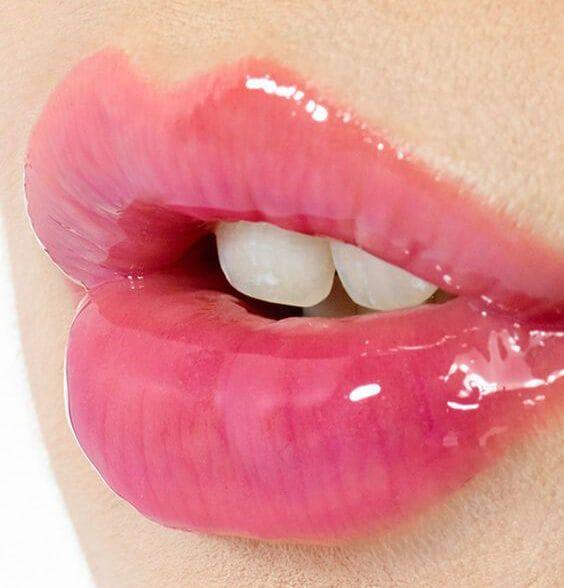 Siguiendo la línea noventosa de esta temporada primavera verano 2017, vuelve un producto de maquillaje, el brillo labial o lip gloss.