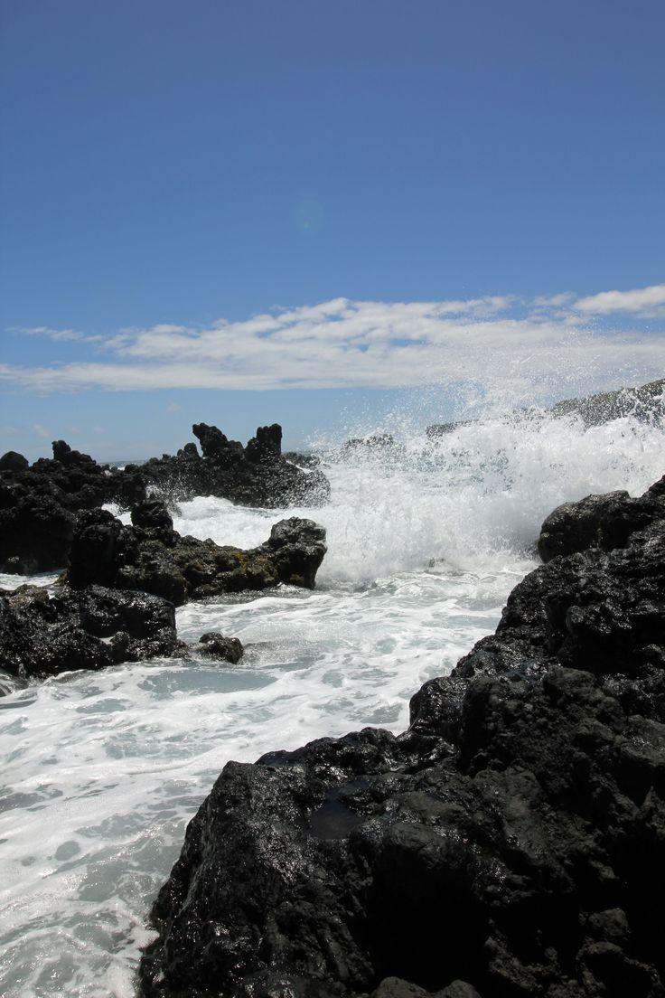 Keanae, Maui, Havaiji. Aallot vyöryvät rannan rosoisiin laavakiviin.