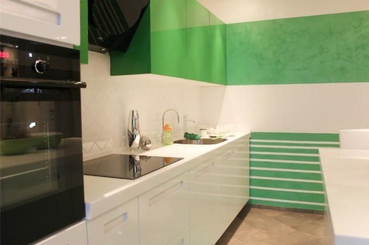 Полосатые стены в интерьере кухни