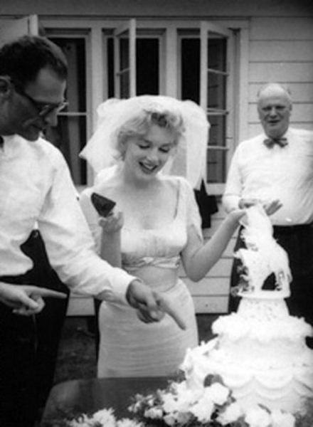 Marilyn and Arthur Miller cutting their wedding cake, 1 July 1956.