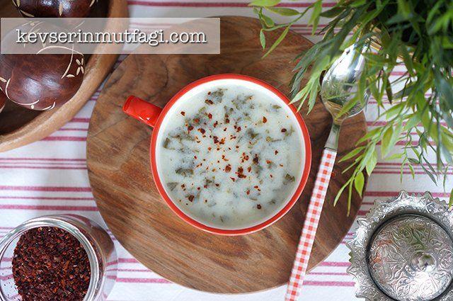 Kereviz Sapı Çorbası Tarifi - Malzemeler : 1 adet kerevizin sapları ve yaprakları, 1 adet yumurta sarısı, 2 yemek kaşığı yoğurt, Yarım limonun suyu, 1 yemek kaşığı un, 5 bardak su, Yarım çay bardağı sıvı yağ, Tuz.