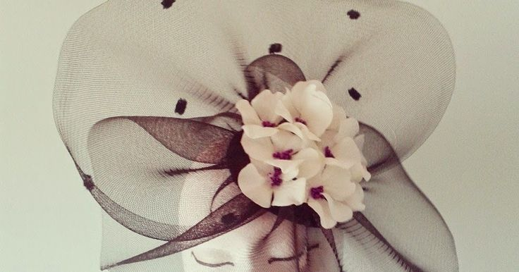 Tocado negro en crin con hortensias blancas y pístilos morados. Tocado con mucho volumen en crin buganvilla y plumas en malva y ca...