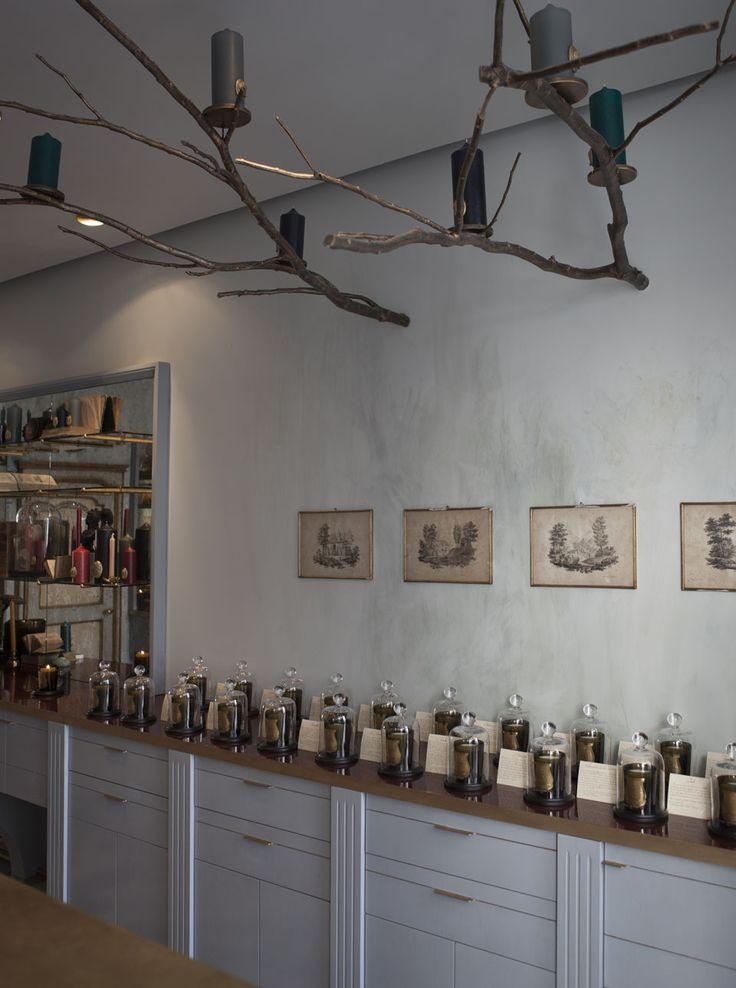 Dentro de esta atmósfera #Vintage destaca la originalidad de las ramas-candelabro que salen de la pared.