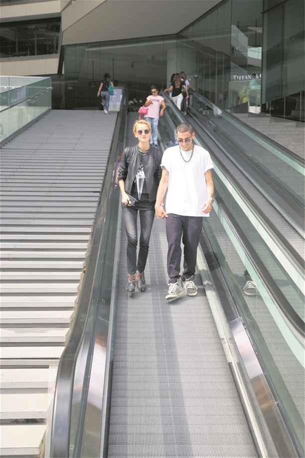 >Şarkıcı Can Bonomo model sevgilisi Didem Soydan'la önceki gün Zorlu AVM'deydi.   #CanBonomo  http://zarafetim.com/can-bonomosuz-asla/