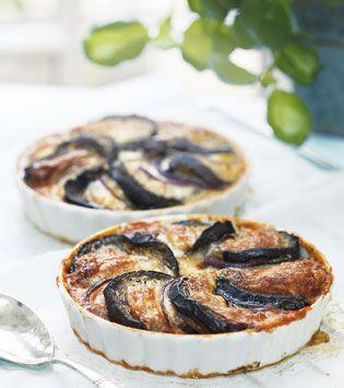 Aubergineskiverne bliver utroligt møre og lækre, når man bager dem i ovnen efter italiensk princip