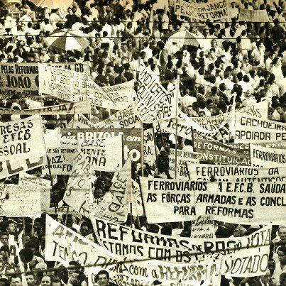 Comicio da Central do Brasil  Rio de Janeiro em Março de 1964. Apoiadores de Jango e centros de Esquerda mostram seu apoio as medidas de Base.