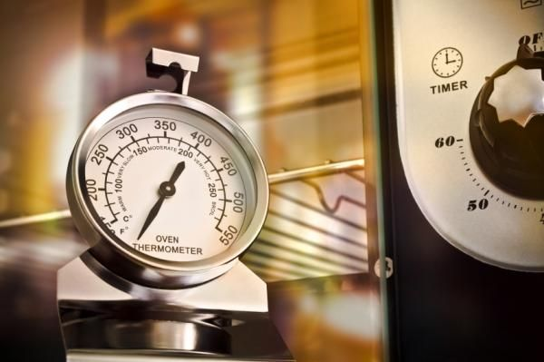 Cómo usar un termómetro de horno. Los termómetros de horno o de cocina son una herramienta ideal para cocinar aves, carnes y otros alimentos verificando que se han destruido sus bacterias durante una adecuada cocción. El aspecto no lo...