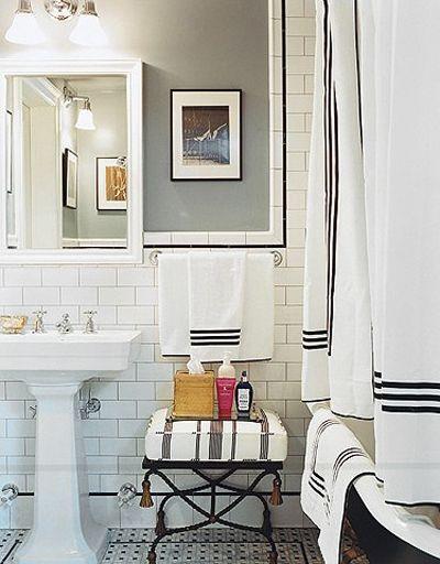 Detta underbara badrum hade skådespelerskan Chloë Sevigny i sin förra lägenhet i New York. Vitt badrum med touch av franska Chanel i de svarta detaljerna.
