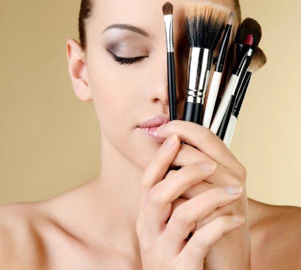Model met make-up kwasten. Lees mijn blog over de perfecte feestmake-up.