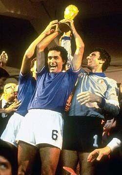 In una indimenticabile notte spagnola, 12 luglio 1982 Dino Zoff alza al cielo la coppa del mondo: l'Italia è campione del mondo superando la Germania per 3 a 1.