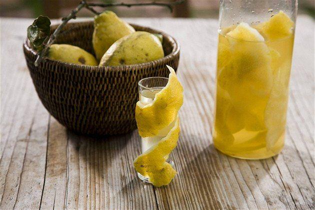 Stačí slupky z citronů, cukr a konzumní líh a připravíte vynikající likér limoncello, který Italové rádi popíjejí při jakékoliv příležitosti. Nepochybně osvěží i vás a vaše přátele, třeba při letním grilování a klábosení.