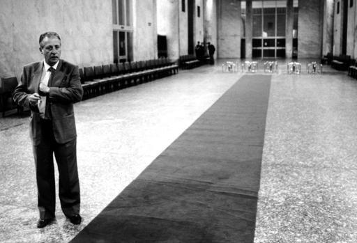 Paolo Borsellino a Palazzo di Giustizia dopo il saluto alla salma di Giovanni Falcone  (Contrasto)