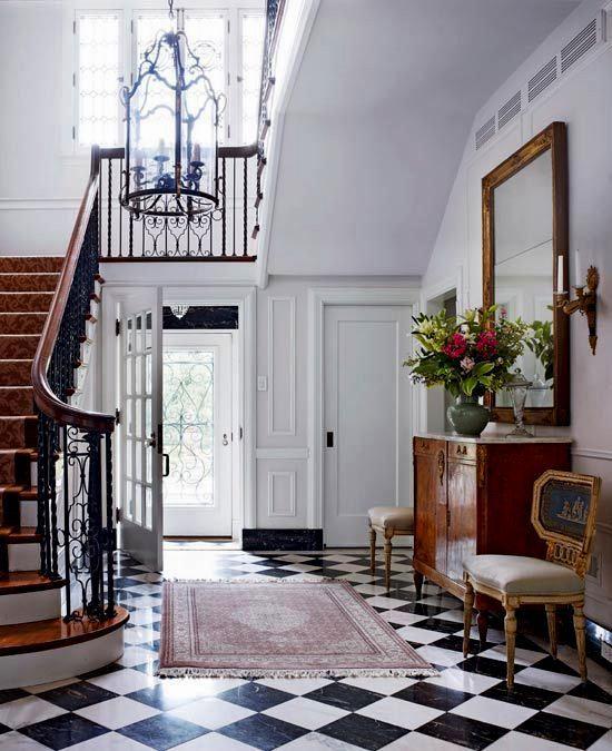Estilo lindamente brilhante, com móveis de madeira escura. O tapete persa completa …  – Entryways