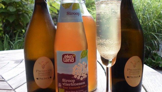 Een zwoele zomerse cocktail van Prosecco met vlierbloesemsiroop