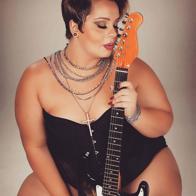 Meninas são tão mulheres,seus truques e confusões...#fotografia #rock #plussizemodeling #plusmodel #foto #picture #makeup #acessorios