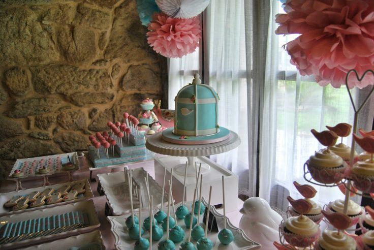 Candy bar in soft pink and blue. Little birds and birdcage fondant cake.  Mesa de dulces en azul y rosa pastel con motivos de pajaritos. Tarta fondant con forma de jaula y pajaritos.