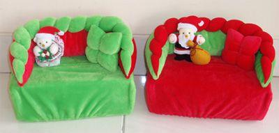Meja tempat meletakan berbagai makanan kecil untuk menjamu tamu, dapat dipercantik dengan tempat tissue bernuansa Natal. Menjadikan setiap tempat menjadi berwarna.