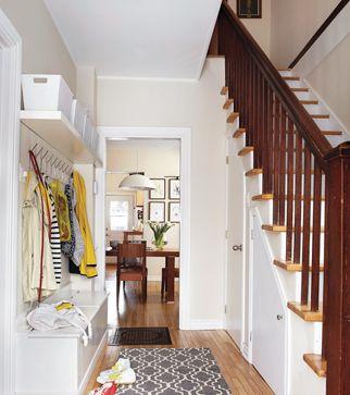 La vraie vie de famille dans une maison centenaire © TVA publications   Yves Lefebvre #deco #entree #escalier