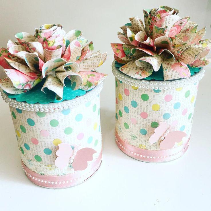 lata pringles decorada com papel decorado coleção primavera e flor de papel feita com furador flor helice