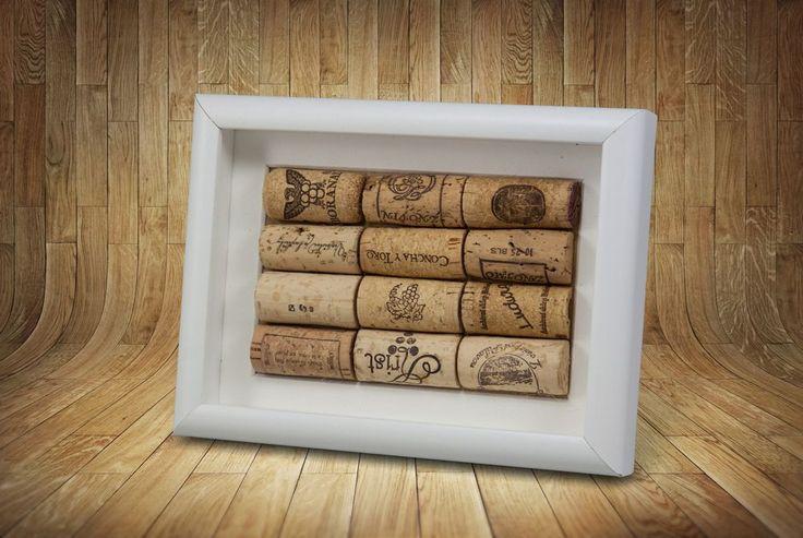 Korkové+zátiší+Klidný+obrázek+pro+milovníky+vína.+Bílý+dřevěný+rámeček+krásně+kontrastuje+s+použitými+zátkami.+20x15cm