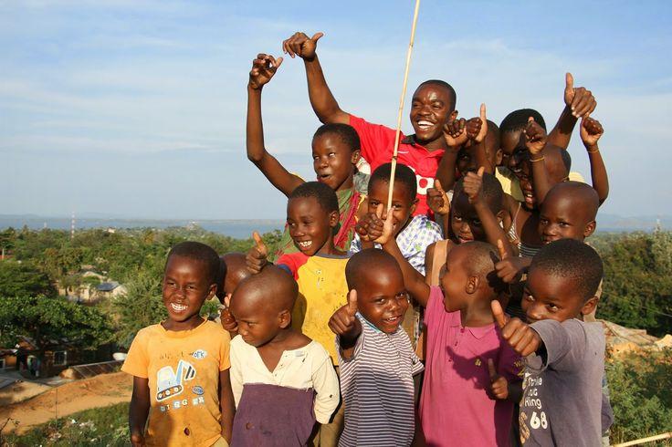 O lago Vitória é o berço da civilização da África Oriental. Aqui nasce o rio Nilo e é aqui que caem grande parte das águas das chuvas que alimentam os rios que drenam esta parte do globo. O lago é repartido por três países: Tanzânia, Uganda e Quénia. Nas suas margens, vilas e aldeias prosperaram …