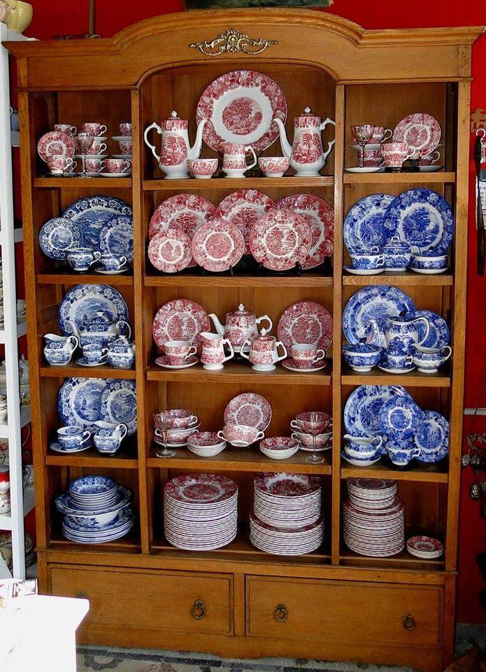 Vajillero en azul y rojo, by Funcy Stuff Antigüedades - Buenos Aires.