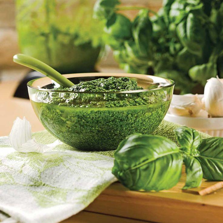 Quantité: 330 ml (1  tasse) 125 ml (½ tasse) d'huiled'olive 2 gousses d'ail 125 ml (½ tasse) de noixde pin 500 ml (2 tasses) de feuillesde basilic bientassées 125 ml (½ tasse) de parmesanfrais râpé