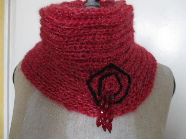 snood rouge , fleurs au crochet , perles