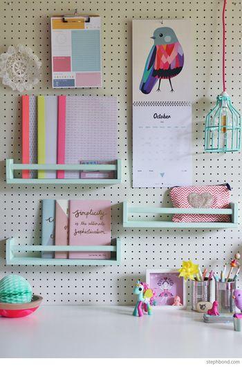 お子さんのデスクにこんな収納はいかがでしょう…パステル系の棚を取り付けて、可愛らしく明るい雰囲気に♡お片付けするのが楽しくなりそうです。