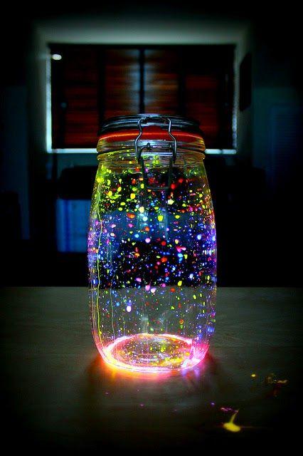 Se você está pensando em ter uma festa durante a noite, estes potinhos são perfeitos como decoração e deixarão os convidados quase hipnotiza...