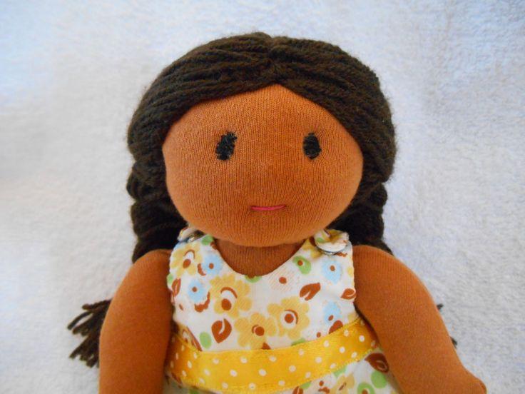 Poupée Waldorf, de chiffon,de tissus, 24cm peau caramel, robe jaune : Jeux, jouets par petites-chiffonneries