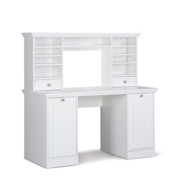Dieser Schreibtisch von CARRYHOME (B x T: ca. 136 x 63 cm) bietet nicht nur viel Raum zum Arbeiten, sondern zusätzlichen Stauraum! Das Möbel erinnert aufgrund des typischen Kranzes stark an den angesagten Landhausstil. Gleichzeitig verleihen die geraden, glatten Flächen sowie die weiße Farbgebung dem Tisch einen äußerst modernen Akzent. Hinter 2 Drehtüren verstauen Sie Akten und Unterlagen. In den 2 Schubladen sind Schreibutensilien und andere Kleinigkeiten gut auf