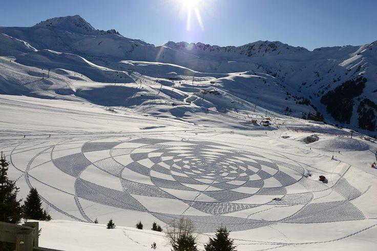 'Sneeuwkunstenaar' Simon Beck creëert de meest verbazingwekkende (tijdelijke) kunstwerken met behulp van slechts een kompas, touw, meetlint en een paar sneeuwschoenen. Beck studeerde af als ingenieur aan de Universiteit van Oxford, maar besloot later om zijn kantoorbaan op te geven om een cartograaf te worden. Na een dagje skiën in december 2004 kreeg Beck het […]