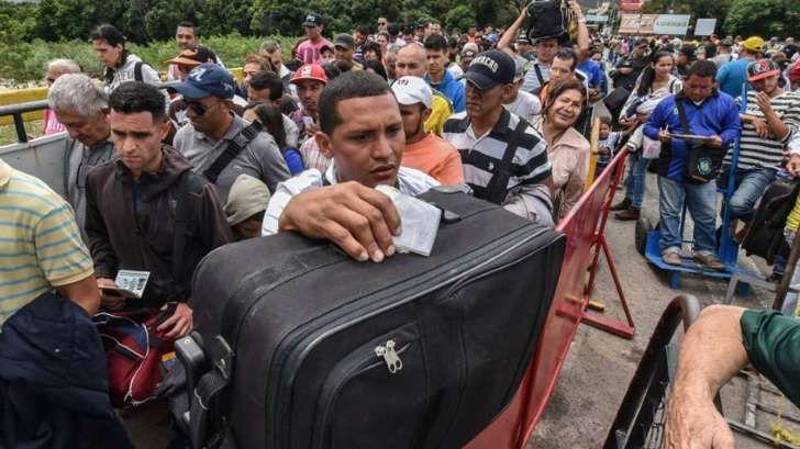 """<p>El Gobierno colombianodecidió este viernes regularizar la situación de más de 150.000 venezolanos que no contaban con visado. En medio de la grave crisis institucional que golpea al país vecino y en vísperas de la elección, el domingo, de unaAsamblea Nacional Constituyenterechazada por los partidos de la oposición, el Ministerio de Exteriores anunció la concesión de un """"permiso especial de permanencia"""" para los ciudadanos que no habían abandonado el territorio nacional pese a tener una…"""