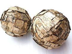 Sztuka dla Sztuki: Para kul dekoracyjnych wielkości 15 i 13 cm.Przeznaczone do polożenia,stabilne oraz powieszenia,dzięki zamontowanym oczkom.Wykonane z naturalnej,szaro beżowej kory na specjalnym wypełnieniu niestyropianowym.Całość zabezpieczona lakierem akrylowym.