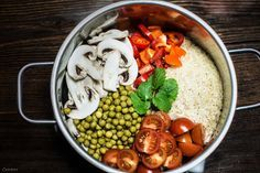 Reis Blitzgericht. Ein vegetarisches One Pot Rezept für die gesamte Familie. Bis oben hin voll mit Gemüse und Pilzen. Sehr gesund und fettarm. Alle Zutaten in einen Topf geben und kochen. Et voilá in wenigen Minuten ist ein leckeres Reis Blitzgericht mit Gemüse & Pilzen fertig.