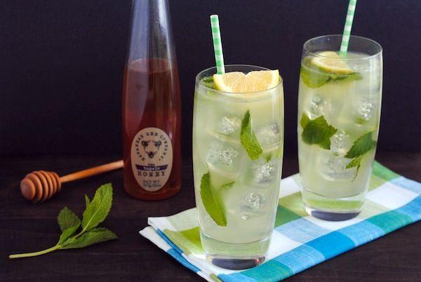 Я очень люблю яркий, терпкий вкус лимона, я люблю свежевыжатый сок лимона, это моя страсть! Очень простой рецепт лимонада, ингредиенты можно найти на любой кухне (ну, возможно, за исключением мяты), а в жаркие летние дни, вы не только утолите жажду, но получите хорошую порцию витаминов.