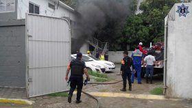 Impiden bomberos y policía estatal, propagación de incendio en agencia Mazda-Istmo