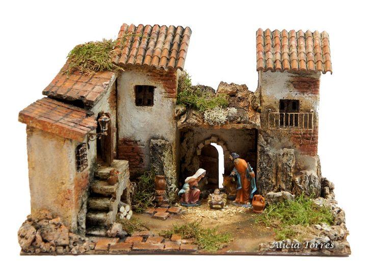 Pueblo con portal, diversas casas, una de ellas con acceso mediante escaleras y múltiples detalles decorativos. Tamaño ideal de las figuras: 6-8 cm. Figuras de 8 cm incluidas. Dimensiones: 34 cm de ancho x 18 cm de fondo x 20 cm de alto. Se trata de una obra única realizada a mano.